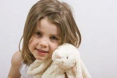девушка плюс детеныши игрушечного стоковое изображение rf