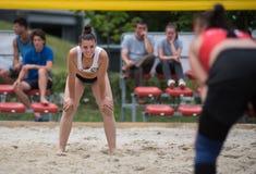 девушка пляжа играя волейбол Стоковая Фотография