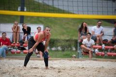 девушка пляжа играя волейбол Стоковое Фото