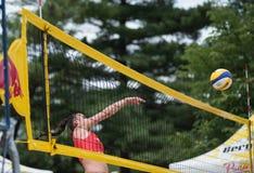 девушка пляжа играя волейбол Стоковое фото RF