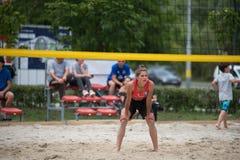 девушка пляжа играя волейбол Стоковое Изображение