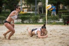 девушка пляжа играя волейбол Стоковые Изображения RF