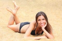 девушка пляжа имеет детенышей остальных деревянных Стоковые Фотографии RF
