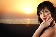 девушка пляжа красивейшая представляя детенышей Стоковые Изображения