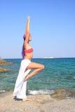 девушка пляжа красивейшая meditating Стоковые Изображения RF
