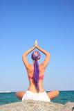 девушка пляжа красивейшая meditating Стоковая Фотография