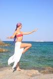 девушка пляжа красивейшая meditating Стоковые Изображения