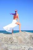 девушка пляжа красивейшая meditating Стоковое Изображение RF
