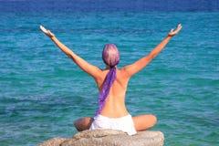 девушка пляжа красивейшая meditating Стоковое Фото