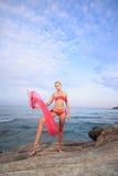 девушка пляжа красивейшая meditating Стоковая Фотография RF