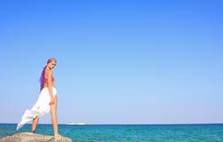 девушка пляжа красивейшая meditating Стоковое Изображение