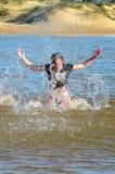 Девушка пляжа на летних отпусках стоковые изображения