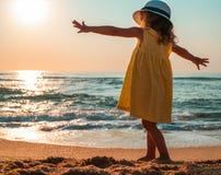 девушка пляжа немногая играя стоковая фотография rf