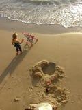 девушка пляжа немногая Стоковая Фотография