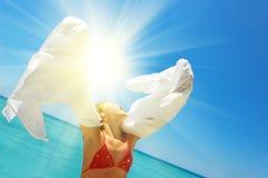 девушка пляжа ослабляя стоковые изображения rf