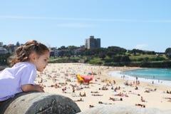 девушка пляжа рассматривая вне лето места Стоковые Фото