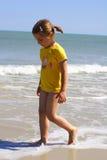 девушка пляжа солнечная Стоковые Изображения RF