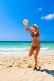 девушка пляжа шарика Стоковое Фото