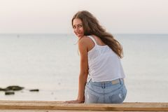 Девушка повернула к камере и улыбкам стоковое фото rf