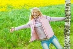 Девушка повернута вокруг березы стоковое фото rf