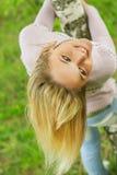 Девушка повернута вокруг березы Стоковые Изображения RF