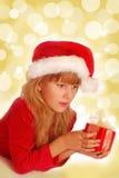 девушка подарка рождества предпосылки светя Стоковое Изображение