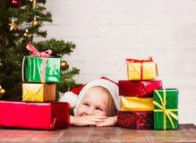девушка подарков рождества немногая Стоковые Изображения