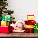девушка подарков рождества немногая Стоковые Фотографии RF