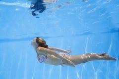 девушка подводная Стоковая Фотография