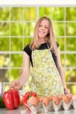 Девушка подготовляя еду Стоковые Изображения