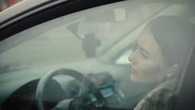 Девушка поднимает окно в его автомобиле сток-видео