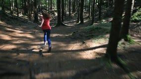Девушка подростка бежит через лес на солнечный день видеоматериал