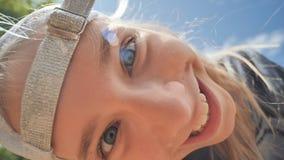 Девушка подростка в крышке смешной и представления потехи перед широкоформатным кулачком рыбьего глаза закройте лицевая сторона акции видеоматериалы