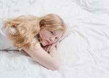 Девушка подростка на кровати Стоковое фото RF