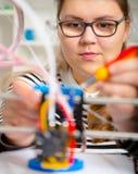 Девушка подростка с printe 3d Образование стоковые изображения