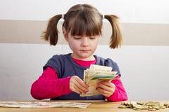 Девушка подсчитывает бумажные деньги Стоковое фото RF