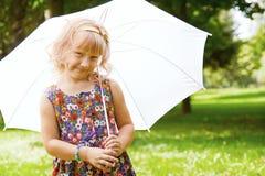 девушка под зонтиком в парке Стоковое фото RF