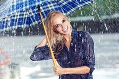 девушка под зонтиком наблюдая дождь Стоковое фото RF