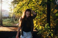 Девушка под солнцем осени стоковое фото