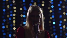 Девушка поет напористые песни в сумерк сток-видео