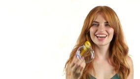 Девушка позволяет пузырям мыла Белая предпосылка акции видеоматериалы