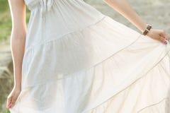 Девушка показывает ее силуэт через платье Стоковое Фото