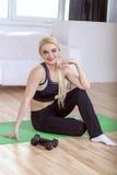 Девушка показывает ее тело в sportswear Стоковое Изображение RF