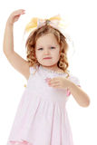 Девушка показывает куклу стоковые изображения rf