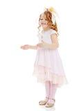 Девушка показывает куклу стоковое изображение rf