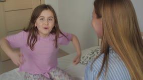 Девушка показывает обезьяну акции видеоматериалы