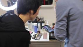 Девушка показывает телефон, смартфон сток-видео