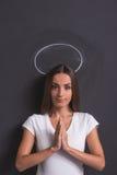 Девушка показывая ангела Стоковое Фото