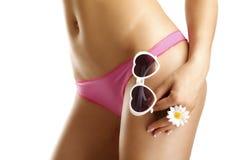 Девушка показывая ее бедра нося бикини и солнечные очки Стоковое фото RF