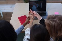 Девушка показывая ее кольцо к ее женским коллегам Стоковое Изображение RF